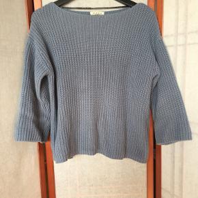 Blød strikketrøje fra Selected Femme, boat-neck og afkortede ærmer. 60% Bomuld, 40% Polyacryl Velholdt