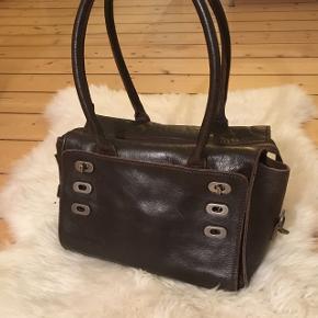#blackfridaySælger denne Royal Republiq brun læder håndtaske. Små rum foran og et stort rum med hemmelig lomme. Der er mulighed for at tilføje skulderrem (medfølger ikke her).  Nypris: 1600kr