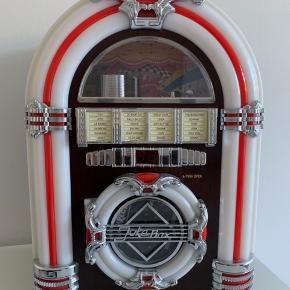 Mini Jukebox som lyser op i forskellige farver når den spiller. Dens funktioner er RADIO, CD og USB (Intet bluetooth) Jukeboxen er fra 2008 og er blevet brugt, men fungere stadig lige så godt som da den blev købt.  Skal hentes i Randers