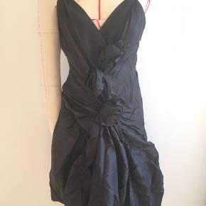 Beautiful and feminine silk dress from New Vintage by Oasis. 3 silk roses decorate the front.  Hidden side zip Size 36 Never used, only tried on