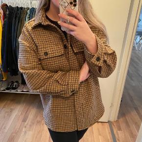 Sælger denne rigtigt søde Noella jakke.  Brugt 1 gang, og er mega ideel til vejret som det er nu!   Den er str S, og man kan sagtens have en sweater på indeni   BYD gerne på denne vare, prisen er ikke fast 💜