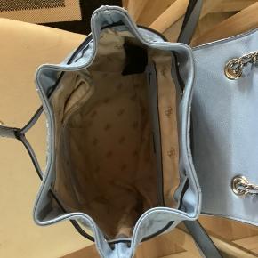 Smuk og elegant rygsæk agtig taske fra Guess i en smuk og diskret lyseblå farve.  Købt i Tyskland for 129 euro