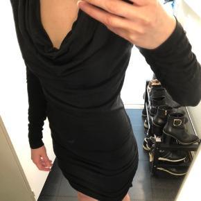 Mørkeblå / navy kjole fra MbyM i størrelse XS / 34.  Lavet af 74% modal, 23% polyester og 3% elastan. Virkelig blød! 😍   #30dayssellout