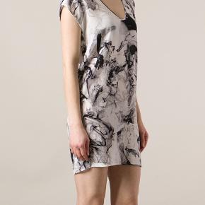 Jeg sælger denne fine kjole fra 2nd DAY, str. 34. Det er 100% silke. Den er super flot luftig, men sælges da jeg har fået for brede hofter😅  Lidt gennemsigtig, men dejlig og sommerlig at have på.  Nypris: 2100kr. Står som ny.