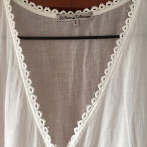 Fin bluse med søde detaljer Rå afslutning for neden  BYD