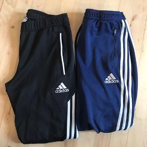 De populære Adidas bukser i sort og blå. Byd endelig. Sælges billigt :)