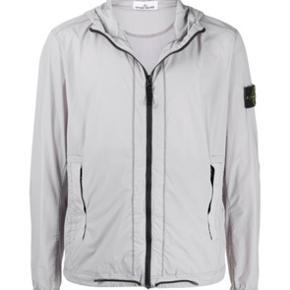 Har du brug for en sprød sommer jakke?  Du er henvendt til det rette sted!  Sælger hermed denne vilde Stone Island jakke, som aldrig er brugt!  Skriv privat for flere billeder!  HELT NY STONE ISLAND / SOMMERJAKE  STAND: 10/10! Nypris: 7523 kr  Søges til 5000 kr PRISEN KAN FORHANDLES!