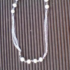 Brand: perle Varetype: perlekæde halskæde perler Størrelse: 54 cm Farve: sølv  sølvhalskæde (ikke ægte) med perler    kan reguleres i længden.    længden er 46 cm når den er kortest, og 54 cm når den er længst.