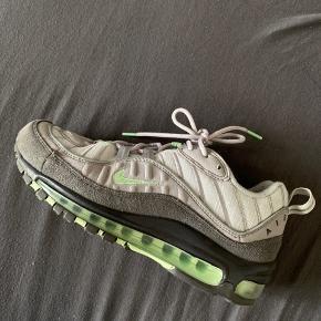Fede Nike Air Max 98 i Mint grøn og grå  Størrelse 40 Boksen medfølger Brugt få gange - men har fnuller indeni skoen  De er super fede, og meget pæne.  Prisen lyder på 1000 + fragt  Håber vi snakkes ✨