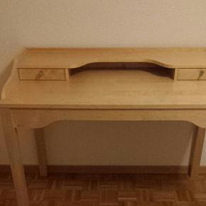 Beau bureau Ikea, en bois massif, avec 2 tiroirs, très bon état