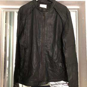 Samsøe Samsøe jakke i sort. Aldrig brugt og står derfor som ny.  Du er velkommen til at byde på den.