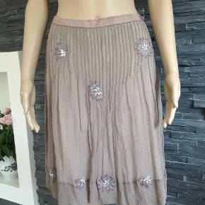 Smuk nederdel med indenfor. 100% silke. Lynlås i siden  Brugt et par gange  Liv. 80 Længde 54 cm  Ingen kommentarer