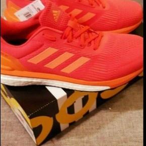Helt nye fede Adidas Boost sko. Ny pris 1200 kr. Sælges da bonen er væk fra julen 2018. Købt i Intersport.   Kig endelig forbi mine andre annoncer.   Kan hentes på Amager eller sendes mod betaling
