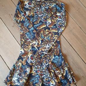 Kjole fra Kenzo str 116. Kjolen er i meget flot stand.