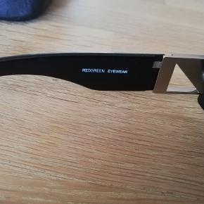 Et par næsten nye solbriller m. etui. Mrk. Redgreen.