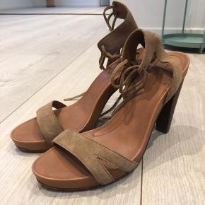 Fine sko i læder med snørebånd rundt om ankelen. Brugt få gange. Rigtig god pasform og behagelig at gå i. God stand.