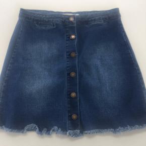 Nederdelen er købt på Asos fra et mærke, som hedder Brave soul. Den har knapper ned langs fronten og fejler intet og er kun prøvet på. Sælges da jeg ikke får den brugt.