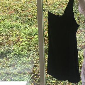 Varetype: kjole Farve: Sort Prisen angivet er inklusiv forsendelse.  Så flot festkjole. Sælges kun fordi jeg har anden lignende kjole og sælger ud.