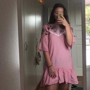 Flot kjole med flotte detaljer i brodering:) Prisen er inkl fragt🌸