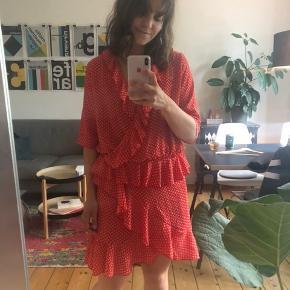 Smuk nederdel fra Stig P. Underskørtet er klippet ud og det samme med størrelsen, men den passer en medium perfekt.   Jeg sælger også overdelen, hvis man ønsker hele sættet!