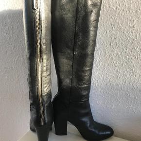 Brugt 2 gange, læder, sølvfarvet lynlås  Støvler Farve: Sort Oprindelig købspris: 1800 kr.