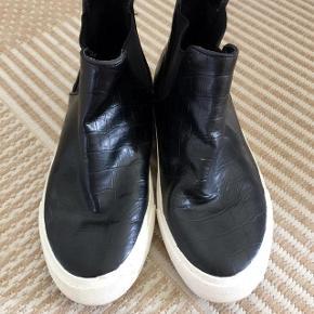 Graceland sorte lidt blanke sneakers/støvler str 37.