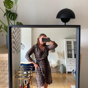 Sælger denne super fine slå-om kjole fra Only, da jeg ikke får den brugt.   Kjolen er i super fin stand og fremstår derfor som ny.   Kjolen er en størrelse 38.