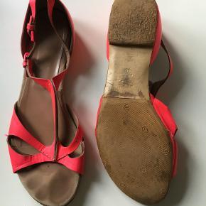 Fine, men brugte, sandaler fra Cacharal. Købt brugt for 400 kr., men de er en tand for store til mig (jeg bruger normalt str. 39). Original æske og dustbag følger med. Nypris: 2360 kr, sælges for 240 kr. inkl. !