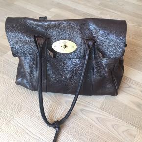 Skøn Mulberry Bayswater taske i mørkebrun, chocolate. Brugt, men stadig skøn. Har fået nye læderreme/kanter/service lavet hos Mulberry, og læderpleje medfølger. Nypris 9500.