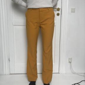 Sælger bukserne da de er for store.  Byd gerne