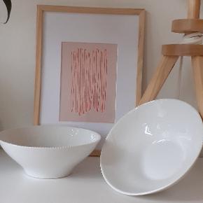 2 stk Royal Copenhagen hvid elements skåle diameter  18 cm. Nypris pr stk. 229 Sælges samlet for 299 Afhentes i Odense