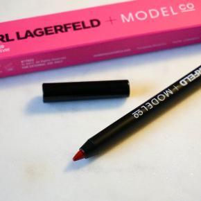 Sælger lip liner i farven 'Red' fra Karl Lagerfeld + ModelCo. Prisen var 25 USD samt told og porto, hvilket blev til cirka 200 DKK.   Har kun swatchet den én gang for at teste farven.   Sælges for 35 kr. plus porto. (track and trace)  Bytter ikke.