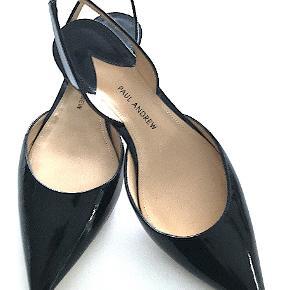 Håndsyet Paul Andrew Rhea Lak sko str. 36,5, brugt 1 aften, er som nye. Kommer med box og skoposer. Nypris kr. 4.200,00