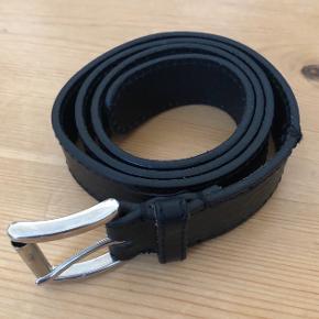 Kraftigt læderbælte fra GANT - 80 cm med klassisk spænde