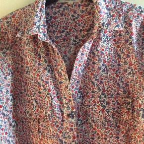 Varetype: Darel kjole Farve: Multi, rød blåå  Den smukkeste kjole/ storskjorte fra Darel. Mærket 42, men kan bruges af 38 - 40 Lækker, let bomuldskvalitet med små blomster, brystlommer med små læg, knappet ned foran. 88 cm i længden, ca 52 over brystet
