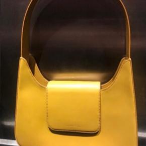 Pæn gul taske fra Lancel i fin stand. Har ridser og brugstegn hist og her, men ingen løse tråde eller lign. Ved ikke hvad np er og bon haves ikke Kan sendes  #trendsalesfund