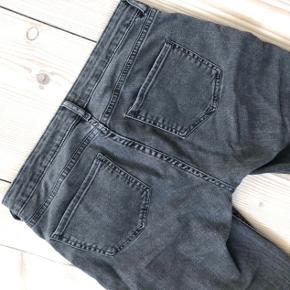 H&M conscious bukser i grå med mørke lapper på. Kan desværre ikke passe dem længere. De går til anklerne (jeg er ca. 1.70) 🌼
