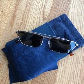 Produktet har aldrig været åbnet. Billerne af solbrillen er en identisk version af den i kassen.