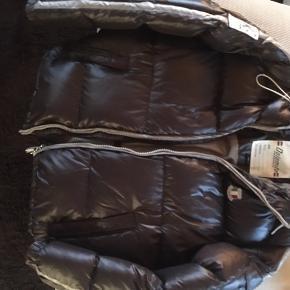Dejlig varm, total fejlfri jakke i smart brun farve. Købt sidste år på DBA