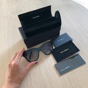 Flot dame solbriller fra D&G - ingen ridser eller slidtage.  Kasse, etui, klud og kort medfølger   Kan afhentes i Søborg / Dyssegård