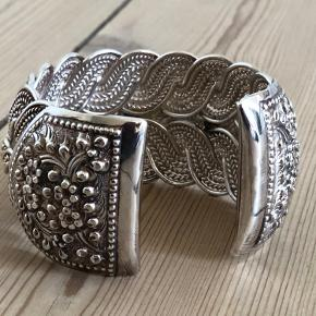 Smukt sølvarmbånd med flotte detaljer  Brugt få gange  Ø 6 cm  Fra hjem uden røg eller kæledyr.  Sender gerne, køber betaler porto. Kan også afhentes på Frederiksberg.