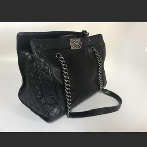 Helt fantastisk smuk og lækker Chanel sælges da jeg ikke får den brugt! Tasken er købt af Dee Dee og der medfølger kvittering fra denne handel.  Nypris 28.000,-