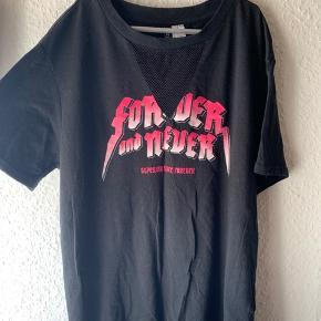 Behagelig trøje, som også kan være fedt til det lidt mere street/rå look  Fejler intet  Sælges billigt