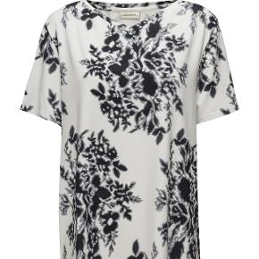 "Fin bluse fra By Malene Birger, str. s, men er dog svarende til en str. L. Style Ivonno. Blusen er sat til ""god men brugt"" men er dog rigtig pæn og kun brugt få gange.  The perfect update for your wardrobe, this soft tee is cut for a relaxed fit from lightweight cotton-jersey in a pretty floral print. Wear yours with everything from jeans to the corresponding shorts.   Details: •Slips on •Stretch-blend  Composition: 95% Viscose 5% Elastane  Washing instructions: Delicate machine wash.  Fragt: kr. 40,00 sendt med DAO.  Shorts der hører til kan købes for kr. 450,00 i str. L."