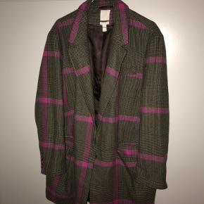 Sælger denne ternede blazer / frakke fra H&M i str L men fitter lidt oversize