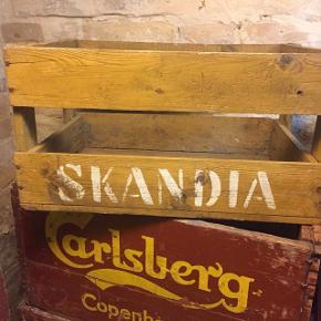 """Så er der lokal historie for alle pengene.   Kassen må øjensynligt være fra før 1940.    Pris 500kr plus evt. 49kr i Porto.    VI FLYTTER!!! Danmarks største udvalg af ølkasser finder du fremover på Aalborg Havnefront lige ved Utzon Centeret.  Mere præcis Slotsgade 35,  9000 Aalborg.    #ølkasse #ølkasser #retroaalborg #aalborgretro. #retroguld #ceres #carlsberg #tuborg #DDSF #bryggeriet_stjernen #Sæby_minralvand #Neptun #bie #bie_hobro #a_bach #odin #viborg #fuglsang #cho-cha #cocio #carlsminde #stolly #skandia #valash #hornslet #brovst_bryggeri #skjold #brønderslevhus #hatting #echo #faxe #activ #hadsund #nicolauskilde #Aarhus #borgkilden #rørkjær #Urbsn #urbanaalborg #usserød #pepmost #kosmos #fiesta #koldingmost #fortuna #fr.væk #enigheden #visitaalborg #aalborgsouvenirs #aalborgtourist #aalborgtours #aalborghavnefront #aalborgharbourfront #aalborgharbour #aalborgcruise   Besøg Danmarks største udvalg af ølkasser i Løkkegade 20b, 9000 Aalborg, hver tirsdag kl 13-17 eller efter aftale.    —————————/  """"Dette bryggeri var også i mange navne og afdelinger en overgang, men startede i 1860 af Chr. W. Christensen, Ved stranden 11. Senere overtog Lutz Dierck i 1863 og senere af en Købmand ved S. Levinsen. Fra 1881 Kom er navn på bryggeriet """"Limfjorden"""" A/S og samtidlig begyndte man på Bayerskøl produktionen. I 1896 og frem til 1940 blev det til Aalborg Aktiebryggerier, """"Urban"""" og """"Limfjorden"""" og i 1940 opkøbtes """"Skandia"""" fra Nørresundby, som så kom til at hedde det samme som de 2 andre men med navnet """"Skandia"""" istedet. i 1976 kom det til at hedde: Jyske Bryggerier, Bryggeriet Urban, Aalborg frem til 1986.""""  #ølkasse #ølkasser #skandia #nørresundby #9400"""