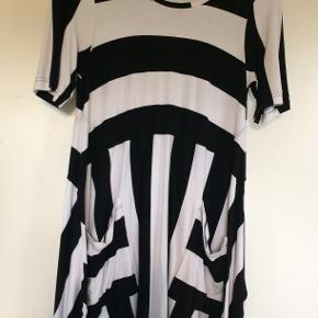 Flot stribet kjole i viscose. Bm 53 x 2 og læ 85 cm.