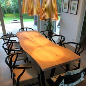 Emma Nordic Wood design spisebord i kraftig dansk egeplank, og tigsvejsede sorte pulverlarkerede stålben. Bordplade er skåret ud fra et stykke plank, håndpoleret og slebet. Planken er behandlet med Osmo olie som er ekstrem modstandsdygtig. Bredde:75 længde : 210. Sælges til spotpris! 11950,- inkl. Ben. Hvis bordben ikke ønskes med kan der trækkes 1250,- fra prisen. Bemærk! En massiv planke.