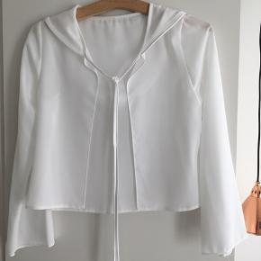 Lilly Konfirmationskjole & bluse. Sættet er blevet brugt en gang og efterfølgende renset. Kjole og bluse er i 100% polyester.