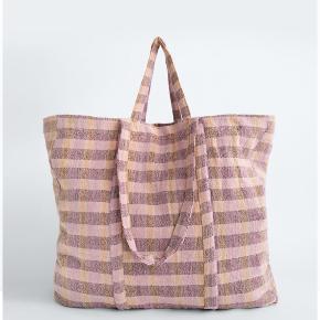 Helt ny og stor Tote / Shopper i bæredygtigt materiale.  Den måler ca 60 cm i bredden og 40 cm i højden👜  Sælger den også i hvid/brun/sort.  PRISEN ER FAST.